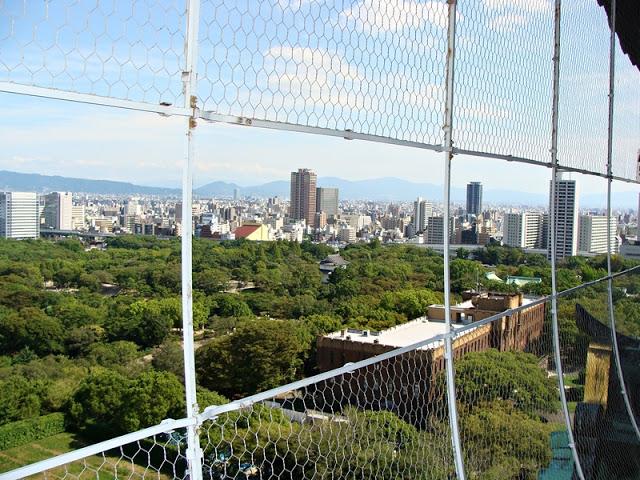 Blick auf die Osaka Skyline vom Schloss aus