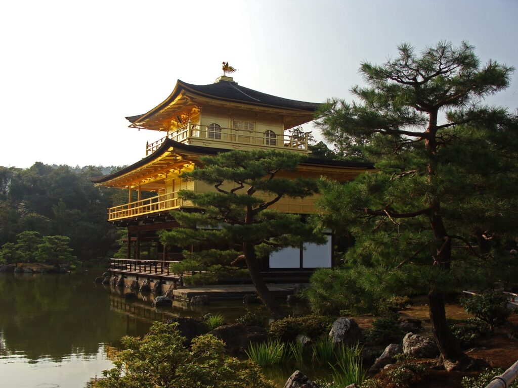 Goldener Tempel Kinkakuji inmitten eines Teichs in Kyoto, Japan