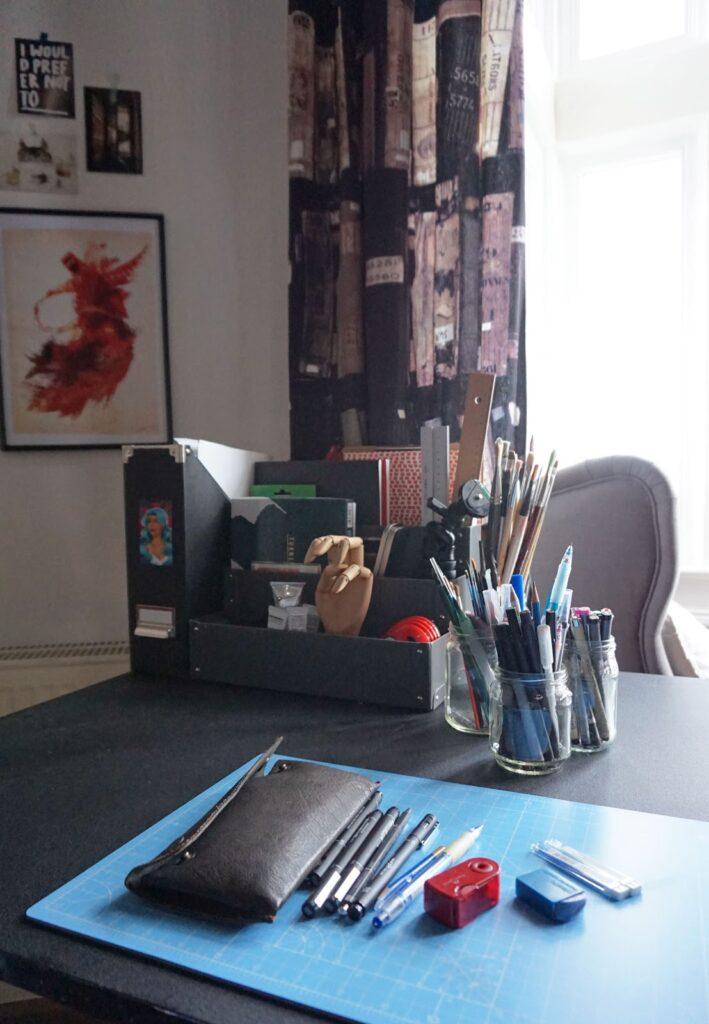 Ein Einblick in meinen Arbeitsplatz: Schreibtisch + Zeichentisch